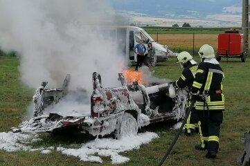 Die Milkauer Feuerwehr hat ihrer Partnerwehr in Rumänien ein Löschfahrzeug geschenkt. Nach der Übergabe vor kurzem in Lazaresti in Siebenbürgen wurde unter anderem der Löschangriff mit Schaum geübt.