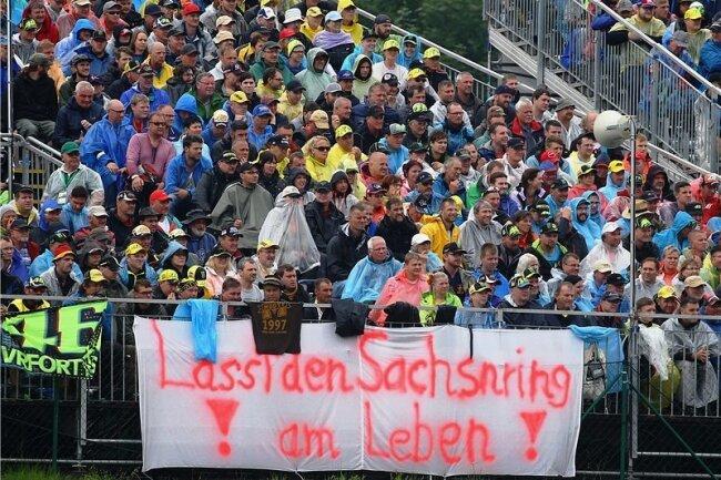 2016, als zuletzt der Vertrag der SRM mit dem ADAC ausgelaufen war, forderten die Sachsenring-Fans die Verantwortlichen auf, eine gemeinsame Lösung zu finden. Beim Sachsenring-Grand-Prix am Wochenende soll es eine Protestaktion geben.