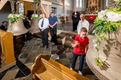 Konfirmand Julian Klug durfte am Sonntag eine der vier frisch geweihten Glocken in der Kirche zum Heiligen Kreuz in Lengefeld zum Klingen bringen.