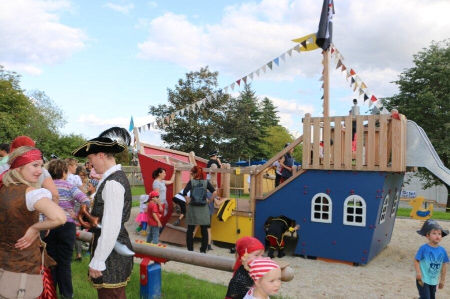 Herzstück des neuen Spielplatzes im Kindergarten Reuth: Das Piratenschiff.