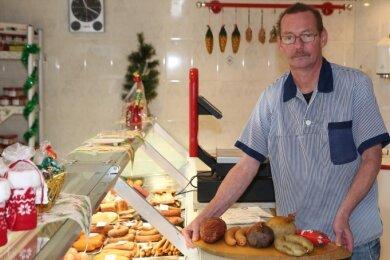 Fleischermeister Bernd Illig steht hinter der Verkaufstheke. Nun gibt es Spezialitäten aus Thüringen.