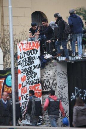 Besetzer des Instituto Nacional in Santiago Ende Juli mit einem Transparent, das mehr Bildungsgerechtigkeit verlangt.