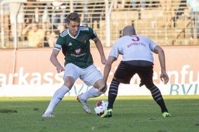 Nico Antonitsch (r.) im Zweikampf mit Amar Suljic. Szene aus dem Pokalspiel gegen Schweinfurt.