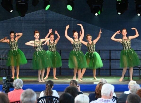 """Bei """"Sommer am Segel"""" haben die Damen des Balletts der Karo Dancers die Kavalierstour August des Starken nachgezeichnet."""