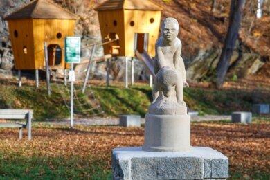 """Die Skulptur """"Der Bockspringer"""" wurde restauriert und ist zurück im Buchholzer Waldschlößchenpark. Sie steht nahe dem während der jüngsten Umgestaltung angelegten Spielplatz. Foto: Ronny Küttner"""