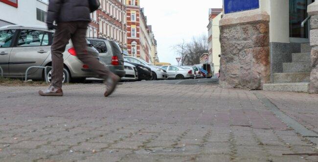 Auch hier, an der Jakobstraße 36-38/Ecke Tschaikowskistraße griff ein nicht angeleinter Hund einen 31-Jährigen an. Nach Angaben des 31-Jährigen habe er seinen Sohn nur schützen können, indem er ihn auf den Arm nahm.