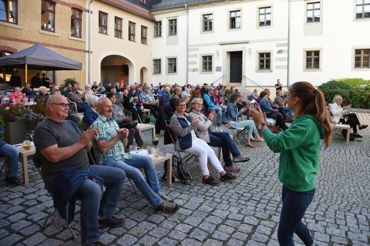 Stella-Maria Voigt (rechts) von der Brezel Brass Band brachte das Publikum in Stimmung.