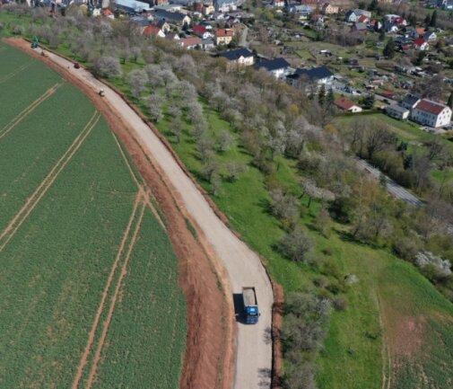 Entlang der Streuobstwiese in Neukirchen wird ein Wirtschaftsweg gebaut. Die Breite des Weges wird von Bürgern kritisiert.