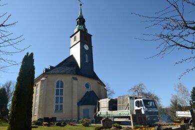 Am Montag sind die Gerüstbauer abgerückt, die Kirche Rothenkirchen zeigt sich mit neuem Putz und Anstrich.