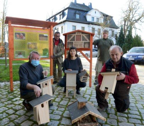 Das NUZ-Team präsentiert Nisthilfen und ein Futterhäuschen aus der eigenen Werkstatt, von links Michael Thoß, Olaf Schulz, Sarah Böhm, Andreas Borowski und Reiner Tschaschke. Die Info-Tafel und das große Insektenhotel hinten werden am neuen Oberlauterbacher Dorfplatz aufgestellt.