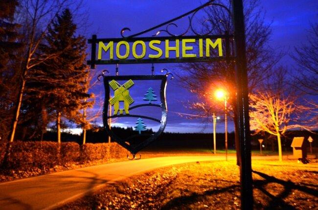 Bringt viel Licht in die Dunkelheit: Die neue Straßenbeleuchtung in Moosheim, hier am Dorfplatz am Ortseingang aus Richtung Rossau.