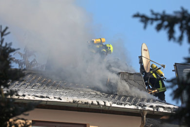 Am Sonntagvormittag hat es in einem Einfamilienhaus im Glauchauer Ortsteil Reinholdshain einen Brand gegeben.
