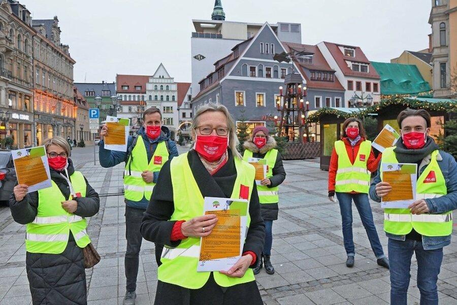 Klinikum-Mitarbeiter und Gewerkschaftssekretärin Simone Bovensiepen (vorn) verteilten auf dem Hauptmarkt Flyer. Sie werfen der Klinikleitung Verzögerungen bei Verhandlungen vor.