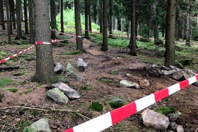 Teile der illegalen Downhillstrecke am Marienstein bei Schreiersgrün sind mit Markierungsband abgesperrt.Foto: Holger Weiß
