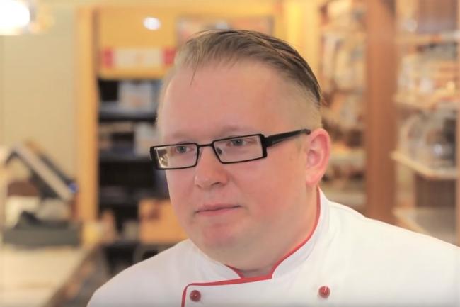 Obermeister Frank Seidel führt in Stollberg mit der Baumkuchenherstellung eine Familientradition fort.