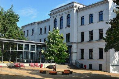 An der Friedrich-Gottlob-Keller-Oberschule in Hainichen gibt es eine Coronafall. Eine Klasse und mehrere Lehrer müssen zum Test und in Quarantäne, für die anderen Schüler läuft der Unterricht weiter.