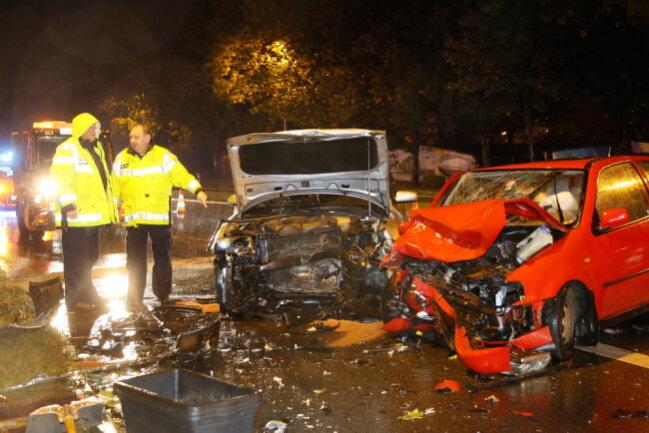 Vier Menschen wurden schwer verletzt. An den beiden Autos entstand Totalschaden.