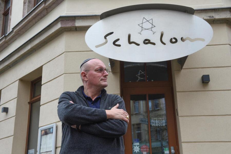 Besitzer Uwe Dziuballa vor dem Chemnitzer Restaurant Schalom
