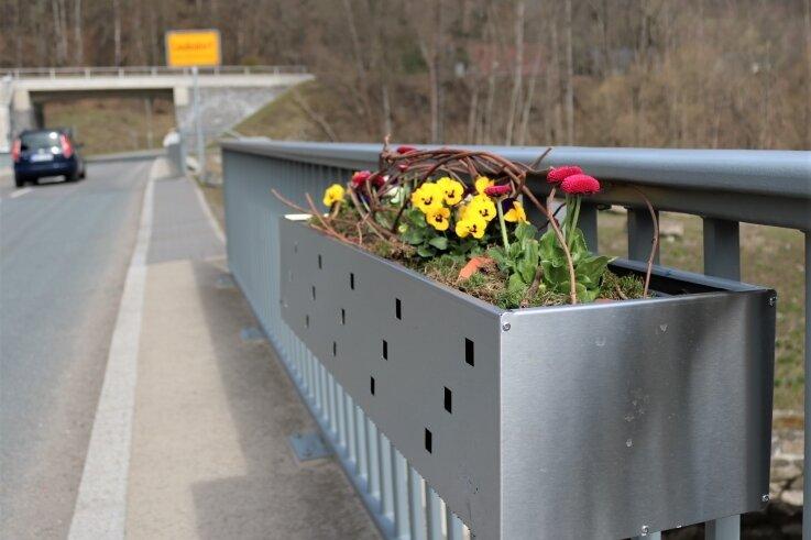 Neue Blumenkästen schmücken die Straßenbrücke zwischen Schellenberg und Leubsdorf.