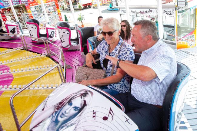 Oberbürgermeister Ralf Oberdorfer eröffnete am Freitagnachmittag den Sommer-Rummel auf dem Plauener Festplatz. Im Anschluss unternahm er eine Walzerfahrt mit Rathausmitarbeiterin Evelyn Schramm.