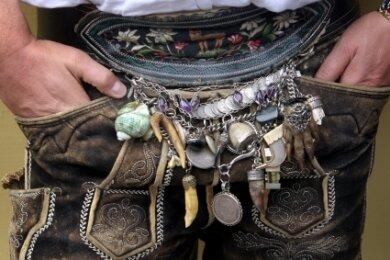 Wer eine bayerische Trachtenlederhose wie diese trägt, der ist darin in aller Regel gestanden - nicht nur als Mannsbild, sondern gegebenenfalls auch in grammatikalischer Hinsicht.