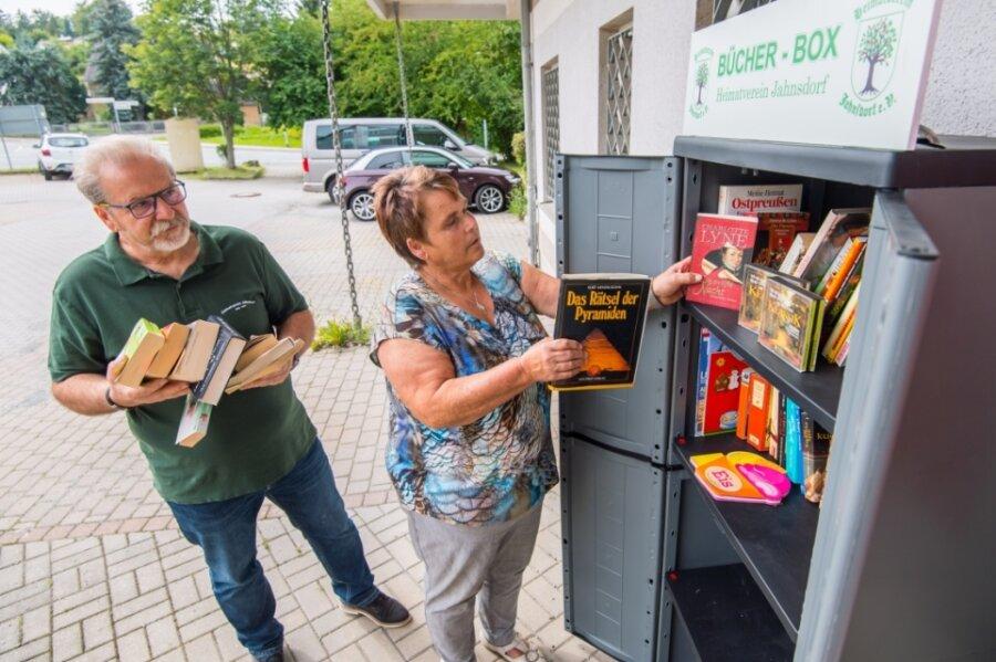 Der Heimatverein freut sich, dass der Bücherschrank auf dem Parkplatz des Nahkaufs gut angenommen wird. Die Vereinsmitglieder Christa Götz und Herbert Pchalek befüllen ihn.