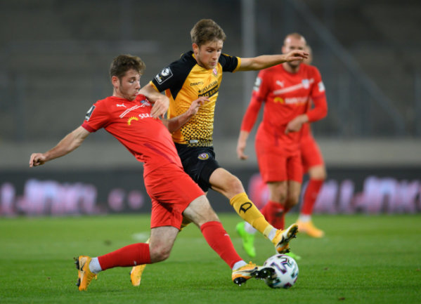 Zwickaus Leon Jensen, Torschütze zum 2:1 für den FSV (l.), im Zweikampf mit Dynamo Patrick Weihrauch.