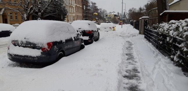 In Plauen sind in der Nacht zu Montag bis zu 40 Zentimeter Neuschnee gefallen.