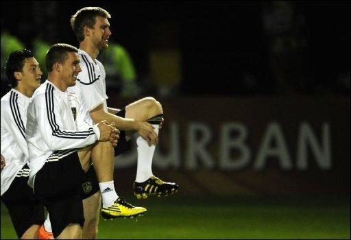 Fußball-Deutschland fiebert dem WM-Halbfinale gegen Spanien entgegen: Bundestrainer Joachim Löw muss heute den gelbgesperrten Thomas Müller ersetzen. Ansonsten stehen ihm aber alle Akteure zur Verfügung.