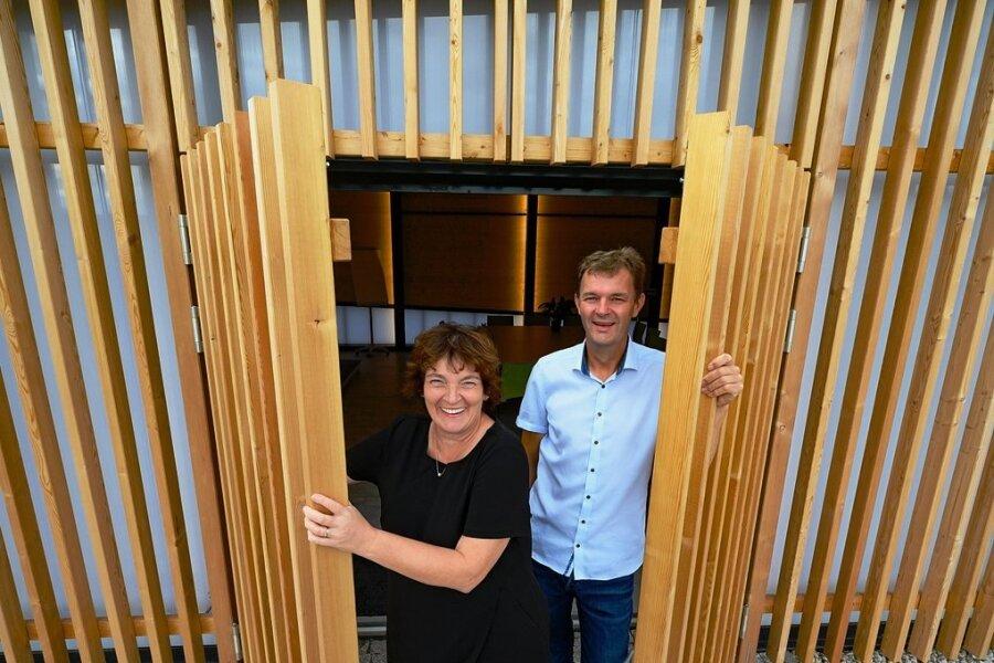 """Ines und Roger Herold öffnen auf ihrem Hof die Tür zu """"Terra.Hub"""", einem durch grüne Energie versorgten Gemeinschaftshaus."""