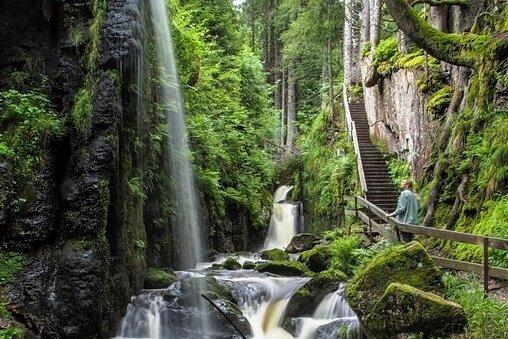 Durch bis zu 30 Meter hohe Felsschluchten tosen die Fluten des Menzenschwander Wasserfalls in St. Blasien. In den Sommermonaten wird das Tal, durch das ein Holzpfad führt, in den Abendstunden beleuchtet. Rutschfeste Schuhe werden empfohlen!