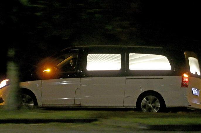 Ein Leichenwagen verlässt am frühen Donnerstag die Justizvollzugsanstalt (JVA) Leipzig.