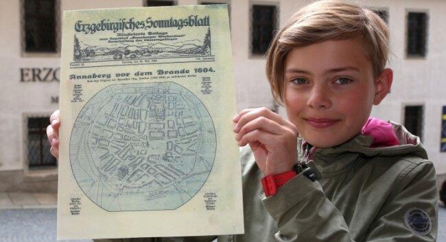 Die neunjährige Emilie Mynett, die auch an der Führung teilnahm, durfteeinen historischen Stadtplan von Annaberg zeigen.
