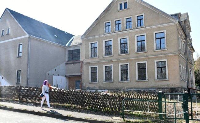 Seit 2011 steht die frühere Schule in Zug leer. Ein Freiberger hatte die Immobilie 2014 von der Stadt gekauft. Er konnte das Objekt aber nicht binnen fünf Jahren sanieren; die Stadt kaufte es zurück.