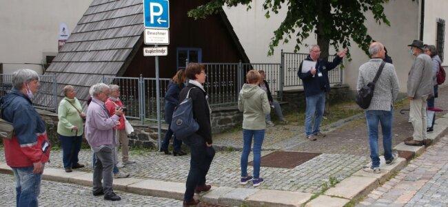 """Zum Abschluss der anderthalbstündigen Stadtführung nahm Matthias Enderlein die 15 Gäste in die St. Annenkirche mit. Zuvor allerdings legte er amBesucherbergwerk """"Im Gößner"""" einen Stopp ein."""