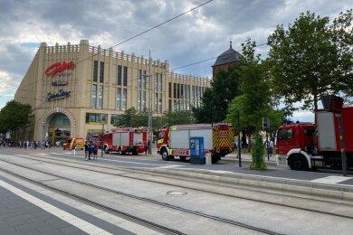Die Feuerwehr rückte mit zahlreichen Fahrzeugen an. Vor dem Gebäude sammelten sich viele Menschen, die zuvor das Haus verlassen mussten.
