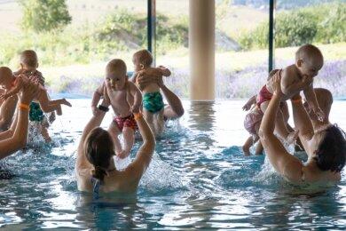 Gemeinsam ins Wasser: Im Schwimmbad des Elldus-Resorts in Oberwiesenthal finden regelmäßig Kurse für Babys und Eltern statt. Selbst aus Chemnitz reisen Familien an.