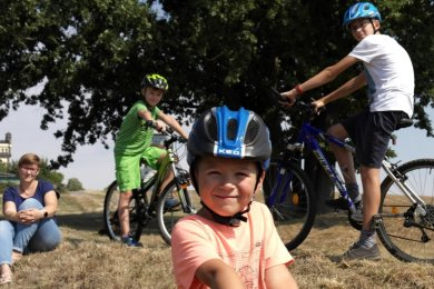 Doreen Mißbach kommt mit ihren Kindern Ricardo, Matteo und Marius (v. l.) gern auf die BMX-Strecke an der Schillerhöhe.