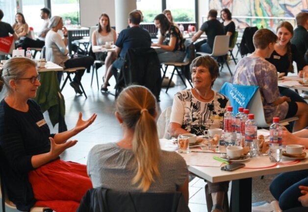 Engagierte Diskussionen für ein lebenswertes Chemnitz: Im Foyer der Stadthalle gab es das dritte Festival der Meinungsverschiedenheit.