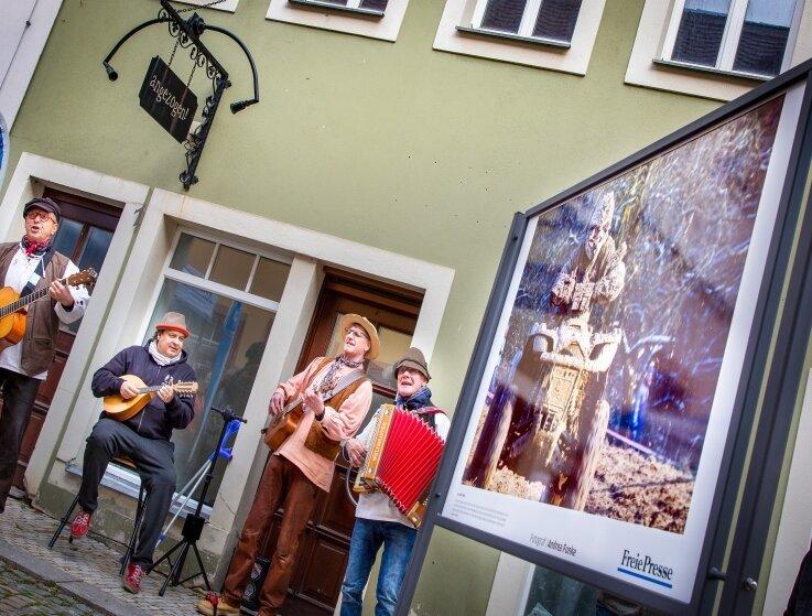 Aus Gera waren die Musiker der Folkband Lanz-Leut angereist und sorgten mit ihren beschwingten Klängen für den musikalischen Rahmen der Ausstellungs-Neueröffnung.