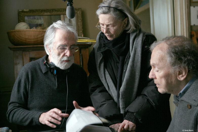 Der Regisseur Michael Haneke mit seinen Hauptdarstellern Emmanuelle Riva und Jean-Louis Trintignant während des Drehs einer Szene des Kinofilms «Liebe» .