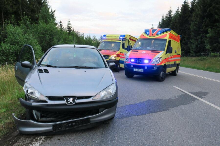 Auf dem Autobahnzubringer nach Aue hat am Donnerstagabend ein Peugeot-Fahrer die Kontrolle über sein Fahrzeug verloren und ist mit einem VW zusammengestoßen.