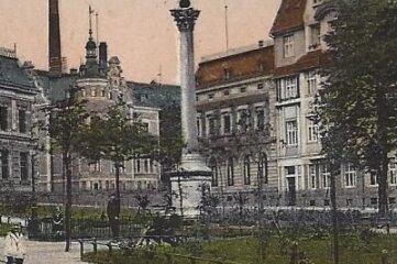 Eine historische Aufnahme zeigt die Siegessäule auf dem Johannisplatz in Werdau
