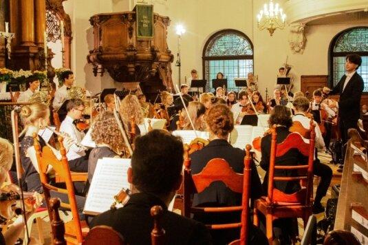 Die 54 Musiker der Jungen Philharmonie Augustusburg unter Leitung von Kirchenmusiker Pascal Kaufmann begeisterten in einem herausragenden und anspruchsvollen Konzert insgesamt 480 Besucher.