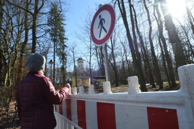Der Park Wettinhain durfte aufgrund von Sturmschäden nicht betreten werden. Verbotsschilder und Absperrungen waren aufgestellt worden.