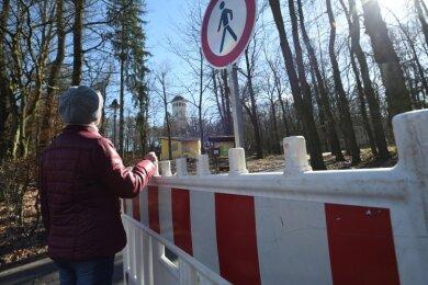 Der Park Wettinhain darf aufgrund von Sturmschäden nicht betreten werden. Verbotsschilder und Absperrungen sind aufgestellt worden.
