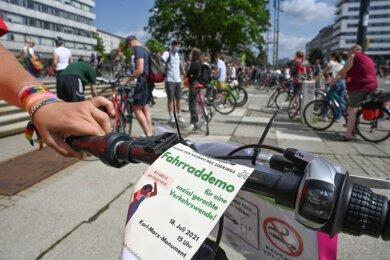 Kurz vorm Start der Fahrraddemo am Karl-Marx-Monument: Den Initiatoren vom Verkehrswendebündnis Chemnitz ist neben dem Klimaschutz auch das Berücksichtigen sozialer Belange wichtig.