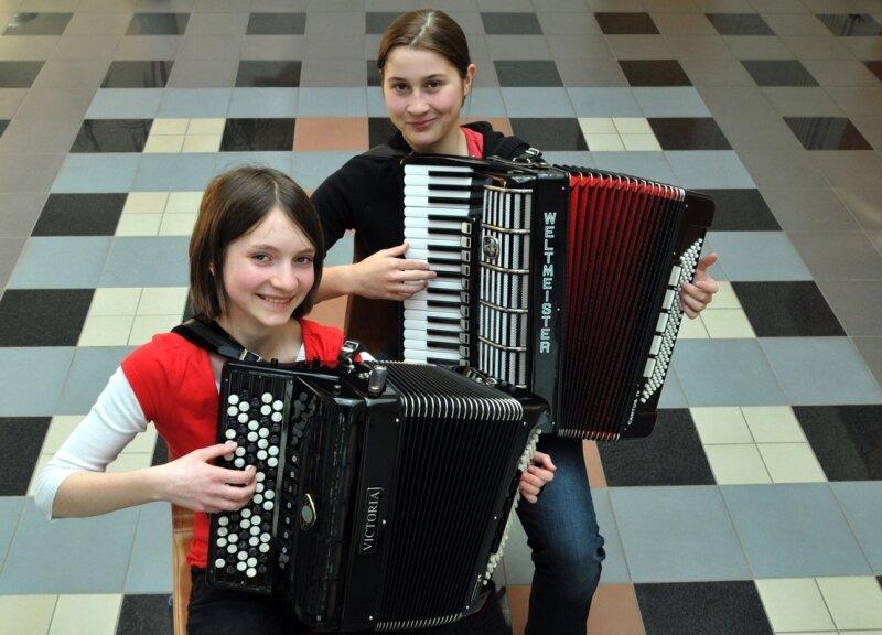 """<p class=""""artikelinhalt"""">Nicht nur im Duo, sondern auch solo eine Klasse für sich: die beiden Akkordeonistinnen Anna-Katharina Schau und Andrea Löwl (v. l.) </p>"""