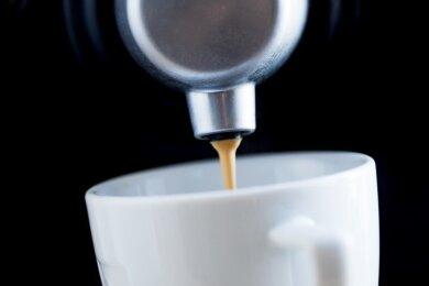 Zoff um den Kaffee von Landrat Rolf Keil. Um jährliche Mietkosten von über 1000 Euro für eine Kaffeemaschine einzusparen, bekam er ein Gerät für 1400 Euro.