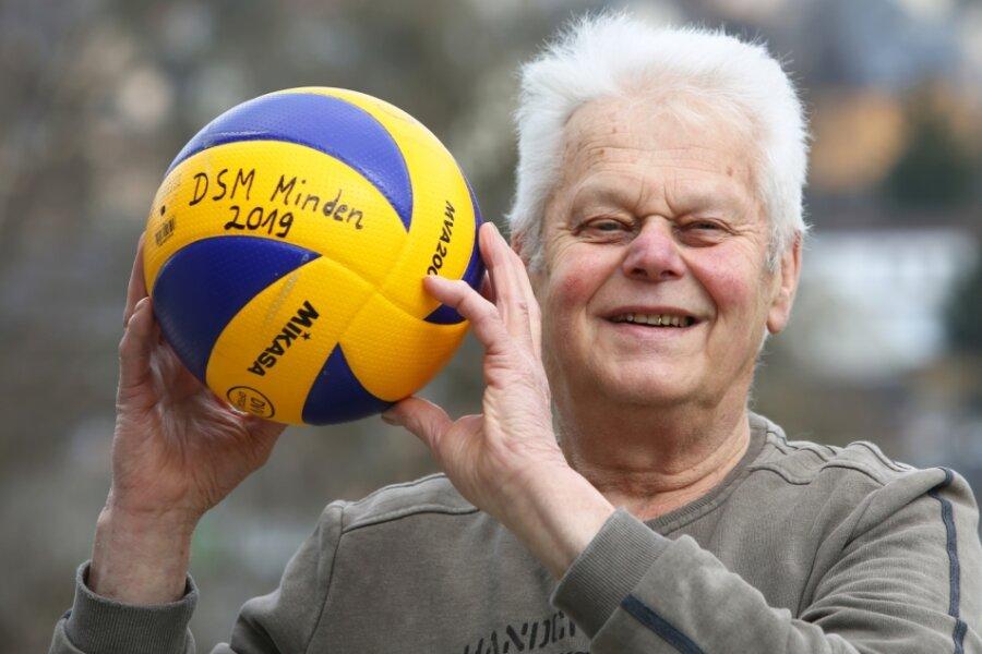 Hans Grodzki aus Schwarzenberg ist mit bald 84 Jahren vermutlich der älteste aktive Volleyballspieler der Republik. In den Händen hält er den Ball von der Deutschen Meisterschaft 2019, bei der er der älteste Starter war.